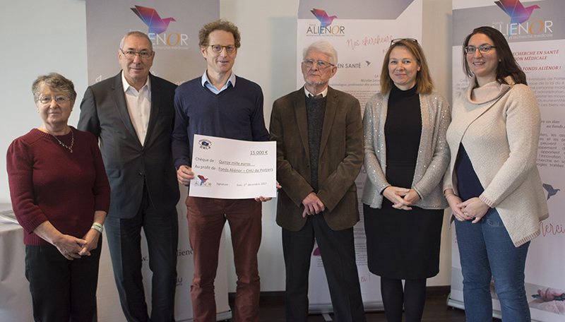 L'Association DMLA (dégénérescence maculaire liée à l'âge) a remis un chèque de 15 000 euros au fonds Aliénor, le 1er décembre, au CHU de Poitiers.