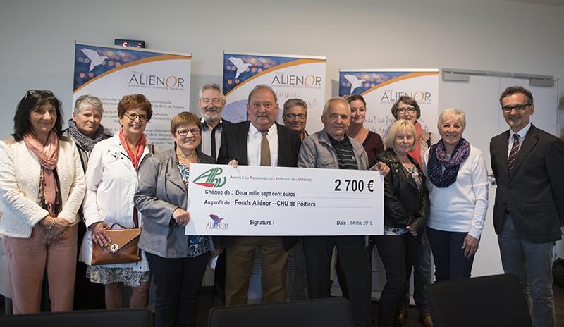 Madeleine Fleury, présidente de l'Amicale du personnel des hôpitaux de la Vienne (APHV), et Gaëtan Guillet, l'ancien président, entourent Jean-Pierre Dewitte, président du fonds Aliénor, lors de la remise du chèque.