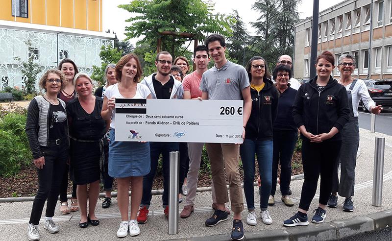 Des membres du bureau de L'association des étudiants poitevin en soins infirmiers (Lasepsi) ont remis un chèque de 260 euros à Gracienne Gardil, assistante communication et mécénat du fonds Aliénor, en présence de leurs formateurs et de Claire Malka (à droite), directrice de l'institut de formation en soins infirmiers du CHU de Poitiers.